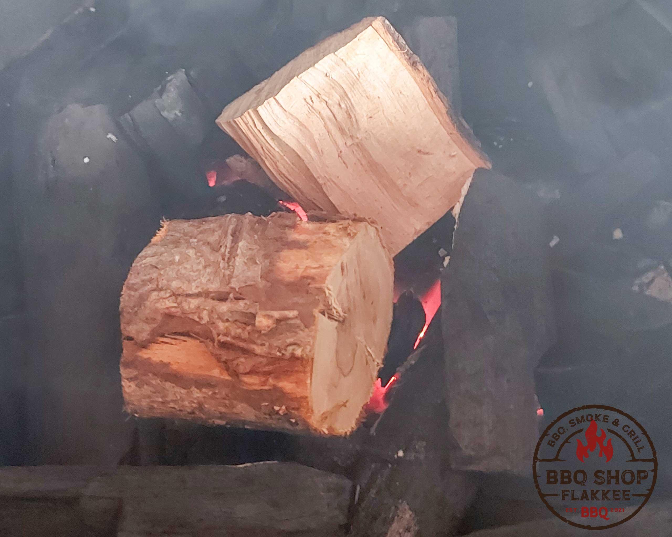 Rookhout op de kolen